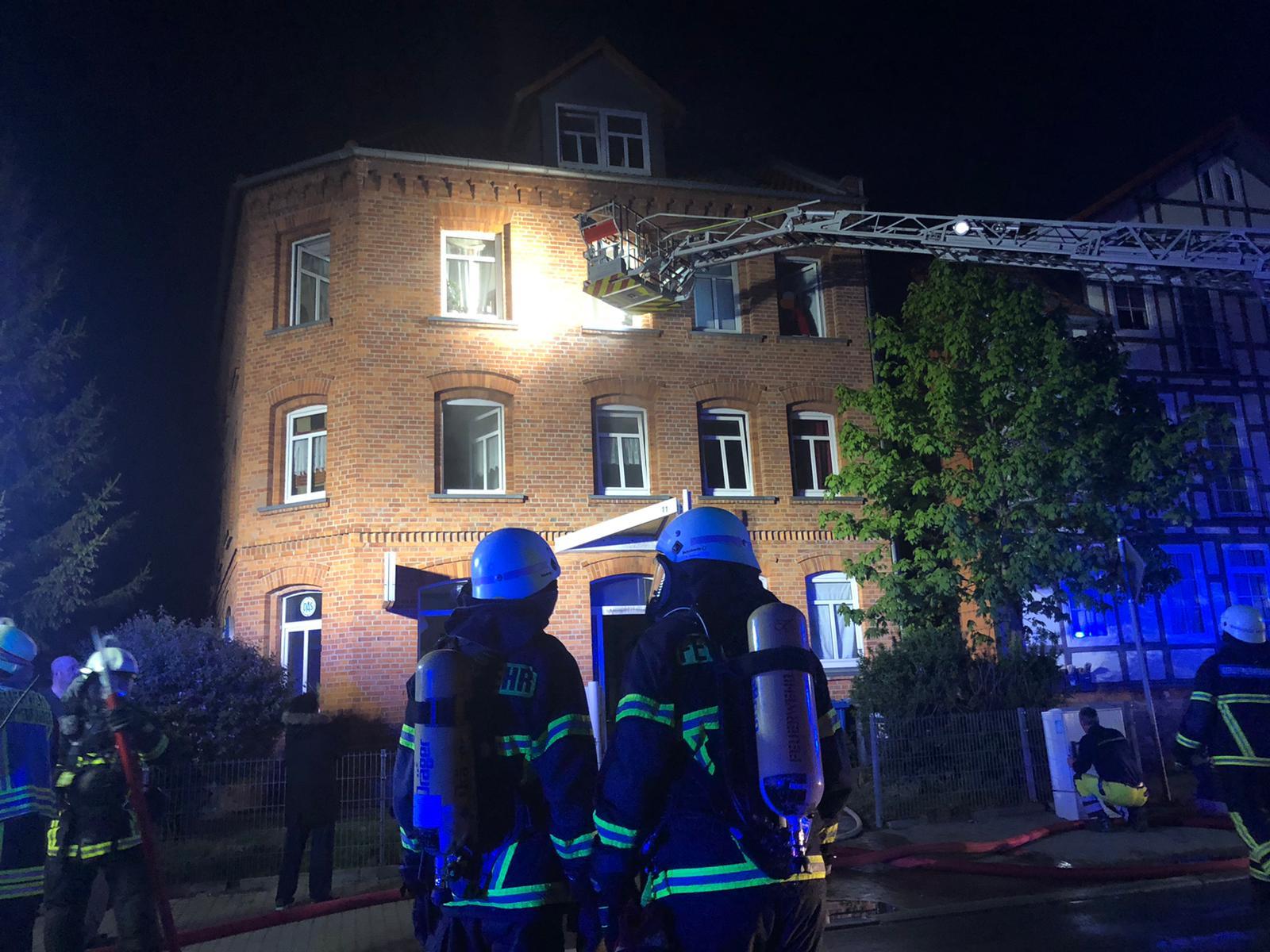 7 Personen über Drehleiter gerettet / Gebäudebrand in der Bleichstraße