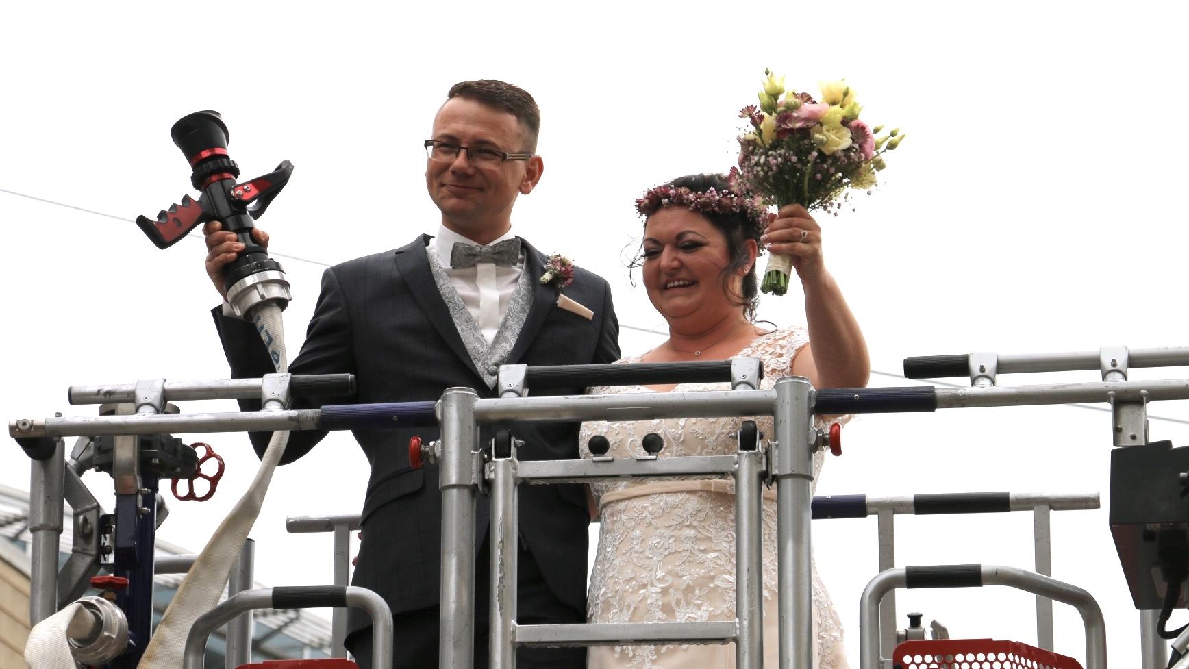 Feuerwehrmann heiratet die Flamme seines Lebens