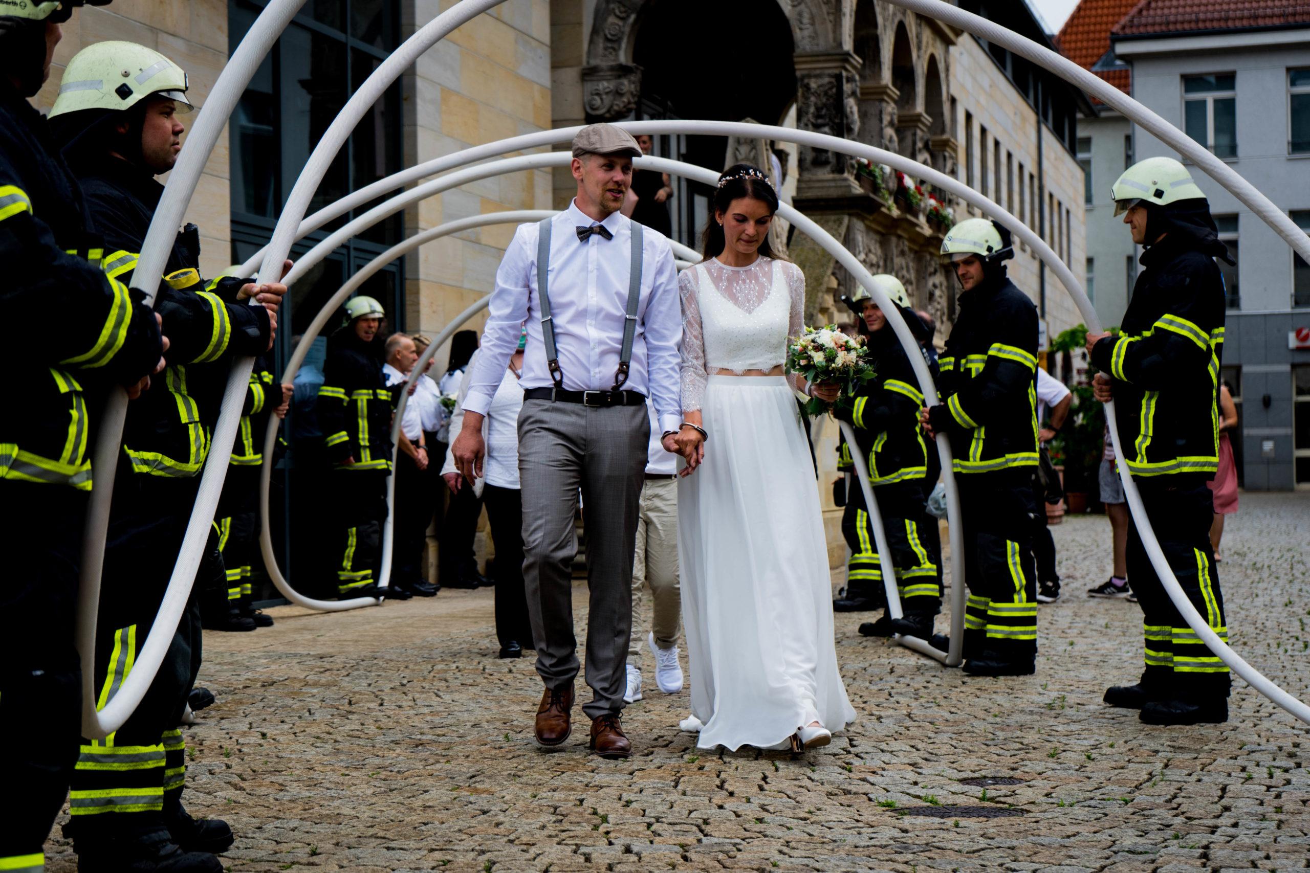 Feuerwehrmann heiratet Polizistin!