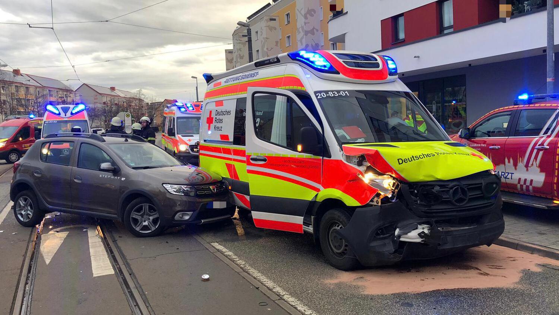 4 Verletzte nach Verkehrsunfall mit Rettungswagen – Kühlinger Straße